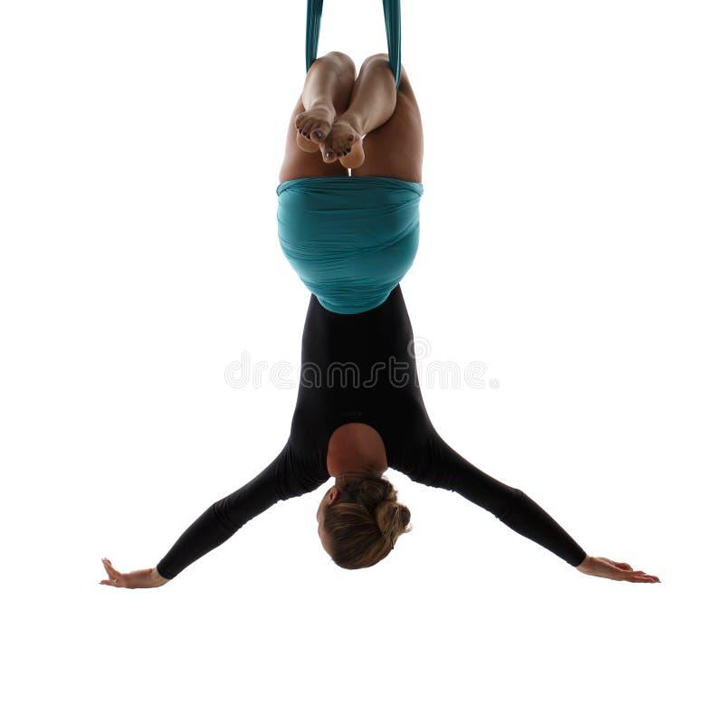 Flyg- dansare som hänger på silke arkivbild