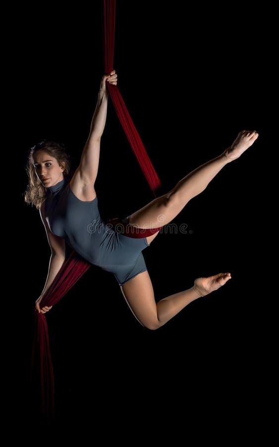 Flyg- dansarekvinna på svart arkivfoto