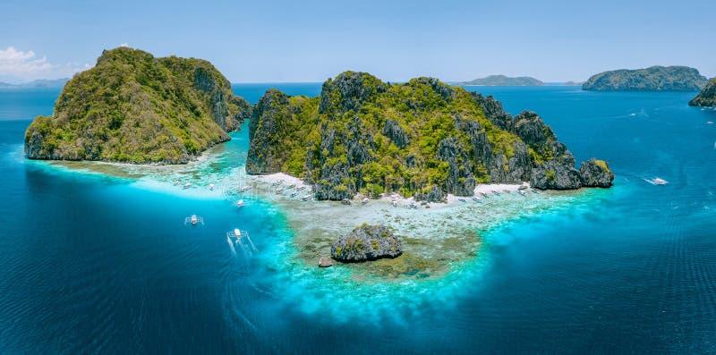 Flyg- den branta surrsikten av tropiska Shimizu Island vaggar och den vita sandstranden i blått vatten El Nido, Palawan royaltyfria bilder