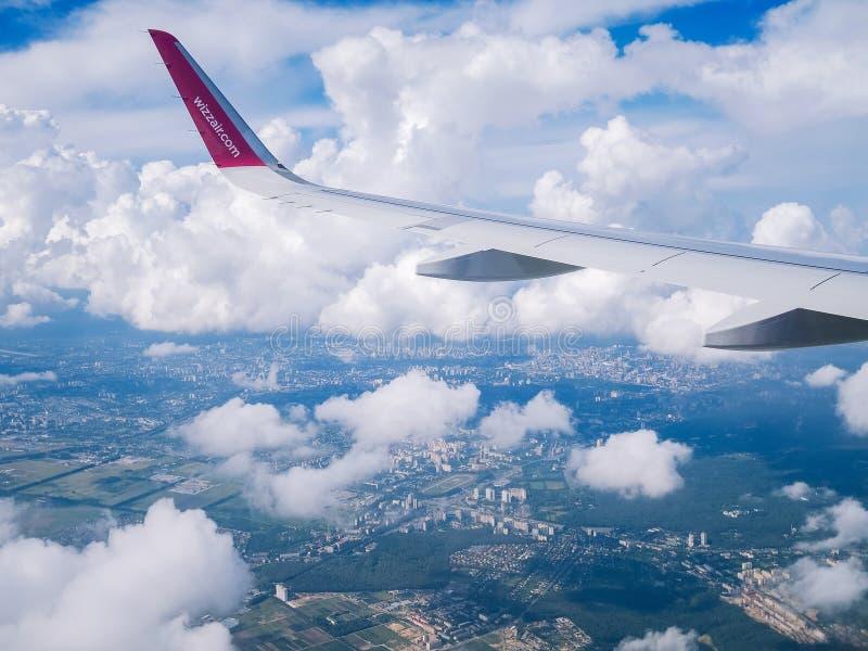 Flyg Dortmund-Kyiv Juli 2018 Flyg Dortmund-Kyiv Juliy 2018 Sikt från flygplanfönster: vinge av 'den wizzair'nivån i molnig himmel arkivfoto