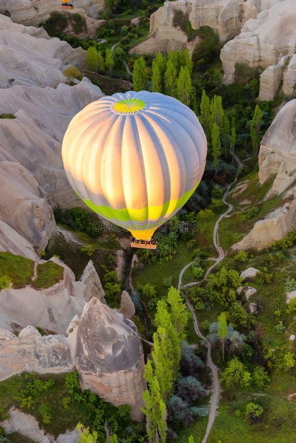 Flyg för ballong för varm luft på soluppgång i Cappadocia Turkiet arkivfoto