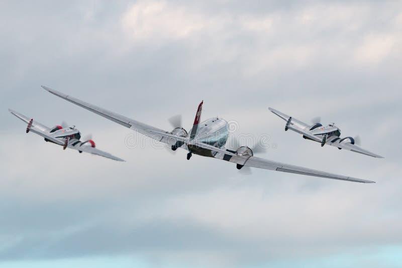 Flyg för Douglas DC-3C tappningtrafikflygplan N431HM i bildande med två flygplan för bokträd 18 arkivfoton