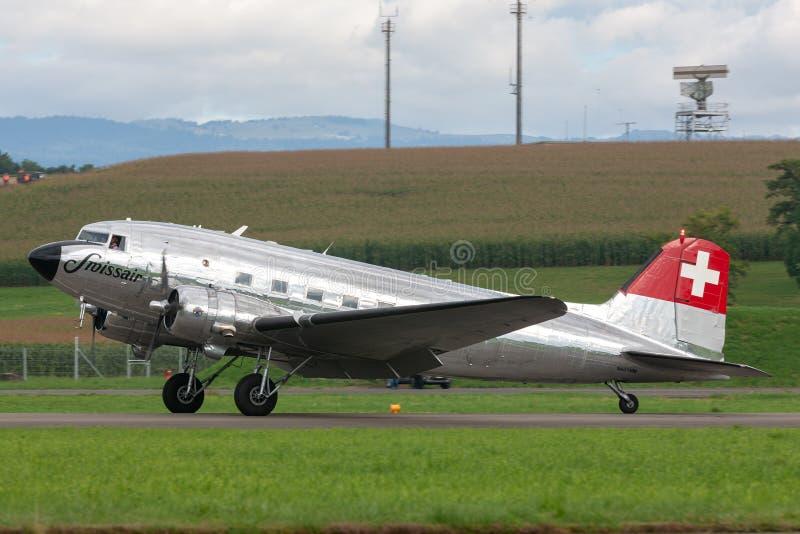 Flyg för Douglas DC-3C tappningtrafikflygplan N431HM i bildande med två flygplan för bokträd 18 fotografering för bildbyråer