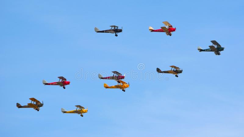 Flyg för nio Tiger Moth Vintage Bi Planes arkivfoto