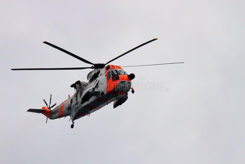 Flyg för räddningsaktionSea King helikopter på Lofoten arkivfoton
