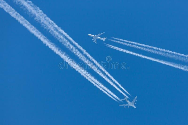Flyg för Singapore Airlines flygbuss A380 på att kryssa omkring höjd med en Lufthansa Boeing 747 som flyger i nära närhet fotografering för bildbyråer