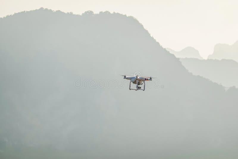 Flyg för Uav-surrhelikopter med den digitala kameran Surr med den digitala kameran för hög upplösning royaltyfria bilder