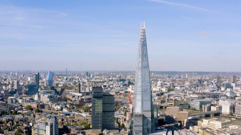 Flyg- filmiskt skott av den centrala London horisontbedriften Skärvabyggnaden royaltyfri foto