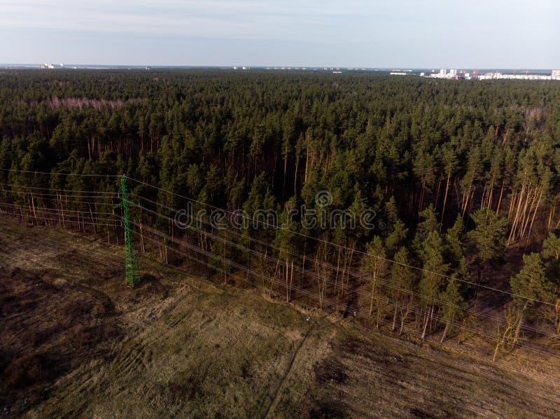 Flyg- filmiskt skott av det höga tornet för spänningsmetallstolpe fotografering för bildbyråer