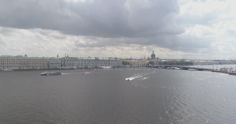 Flyg- foto för låg höjd över den St Petersburg nevaen med sikt av för Isaac för aktiemarknadfyrkant och helgondomkyrkan ` s in royaltyfri fotografi