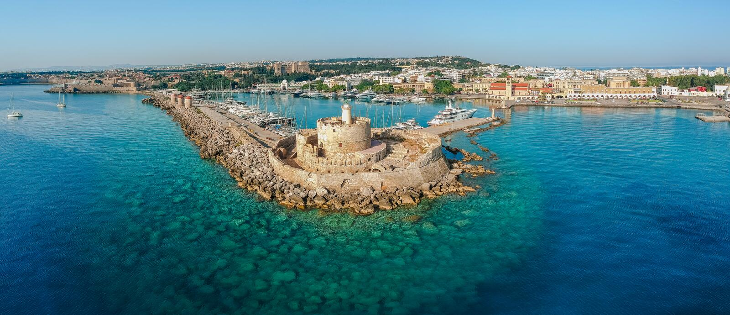 Flyg- foto f?r surr f?r sikt f?r f?gel?ga av den Rhodes stads?n, Dodecanese, Grekland Panorama med Mandraki port, lagun och klara arkivfoton
