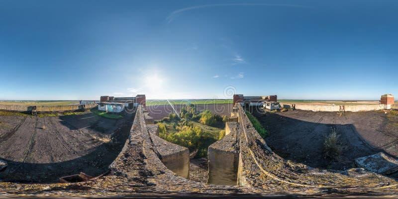Flyg- full sfärisk sömlös panorama 360 grader vinkelsikt med konkret övergiven oavslutad byggnad för tak panorama 360 in royaltyfria bilder