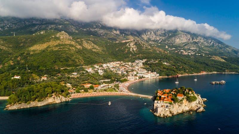 Flyg- härlig panoramautsikt på den Sveti Stefan ön i Budva, Montenegro royaltyfria foton