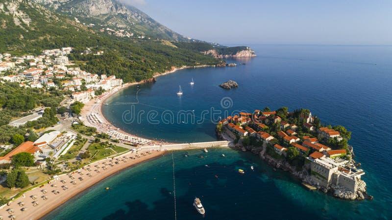 Flyg- härlig panoramautsikt på den Sveti Stefan ön i Budva, Montenegro arkivbilder