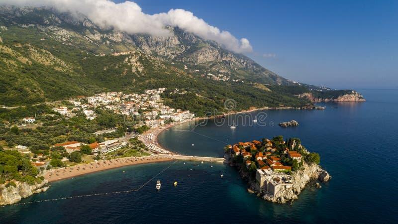 Flyg- härlig panoramautsikt på den Sveti Stefan ön i Budva, Montenegro royaltyfri bild
