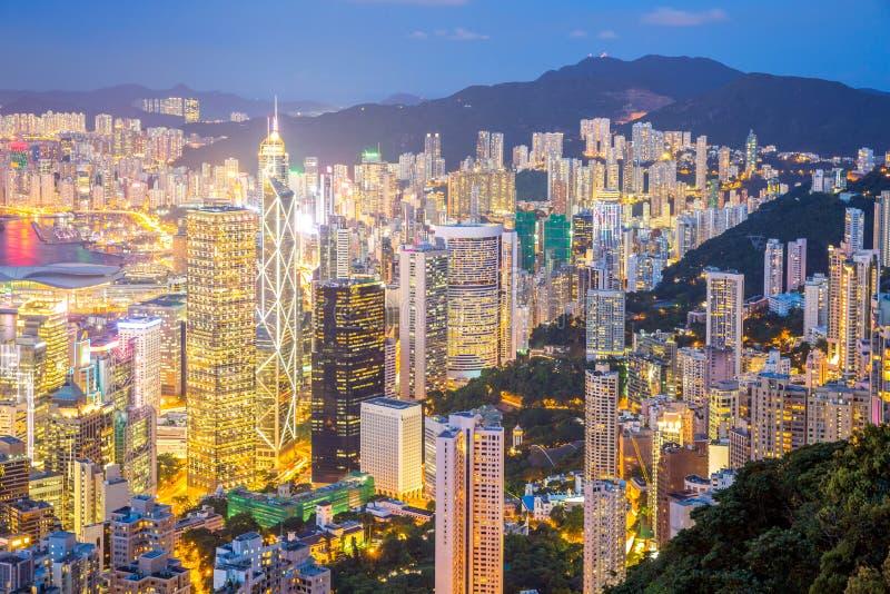 Flyg- Hong Kong Skyline på skymning royaltyfri foto