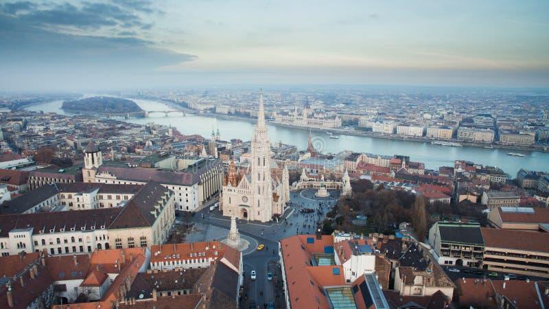 Flyg- horisontsikt av Matthias Church med Danube River och parlamentet H?rlig solig dag p? Budapest, Ungern, Europa royaltyfria foton