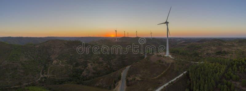 Flyg- kontur för turbiner för vindlantgård på solnedgången Ren förnybara energikällormakt som frambringar väderkvarnar royaltyfria bilder