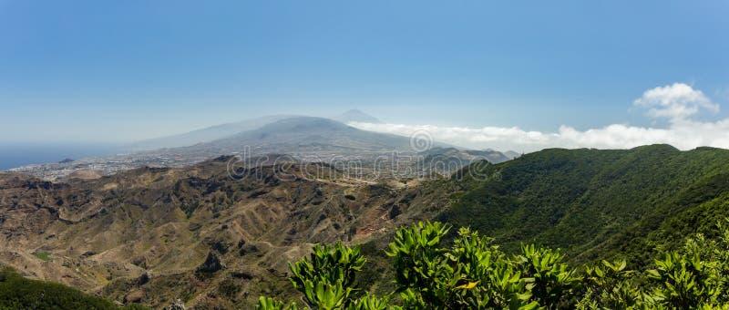 Flyg- kustsikt av berg Anaga och den LaLaguna dalen Solig dag klar blå himmel med små fluffiga vita moln Äldst del royaltyfria bilder