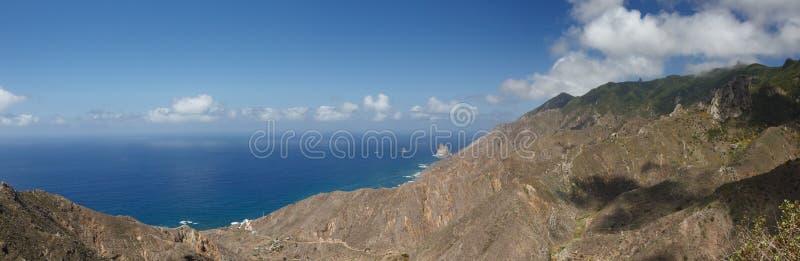 Flyg- kustsikt, berg Anaga och costal by Solig dag klar blå himmel med små fluffiga vita moln Äldst del av royaltyfria foton