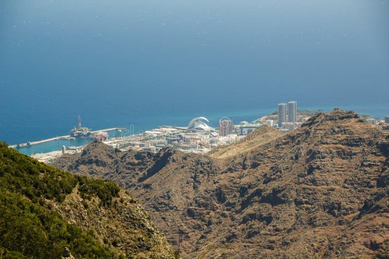 Flyg- kustsikt, berg Anaga och Santa Cruz de Tenerife Solig dag blått hav Två högsta europian tvillingbröder och konsert royaltyfria bilder