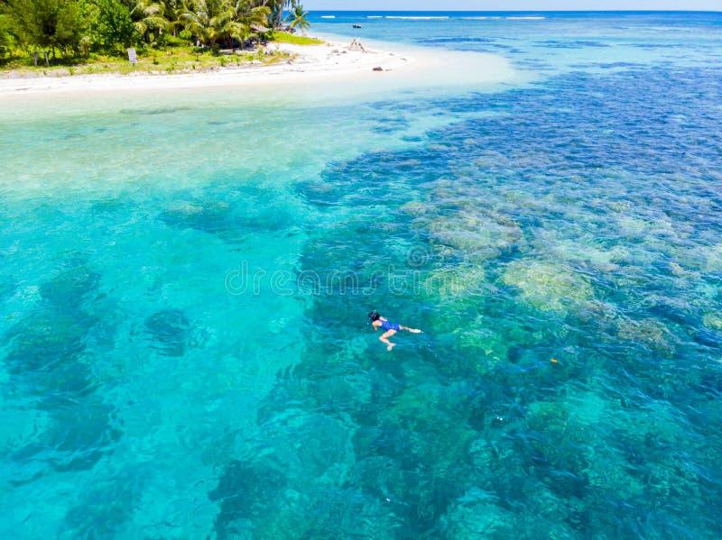 Flyg- kvinna som snorklar på det tropiska karibiska havet för korallrev, turkosblått vatten Indonesien Banyak öar Sumatra, turist royaltyfri bild
