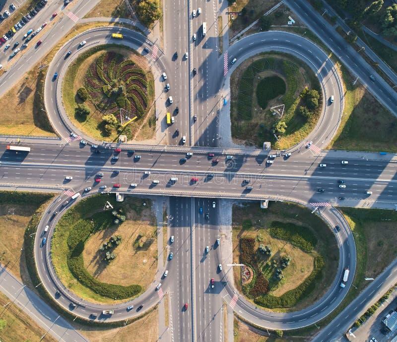 Flyg- landskap av den upptagna huvudvägföreningspunktvägen, transportbegrepp fotografering för bildbyråer