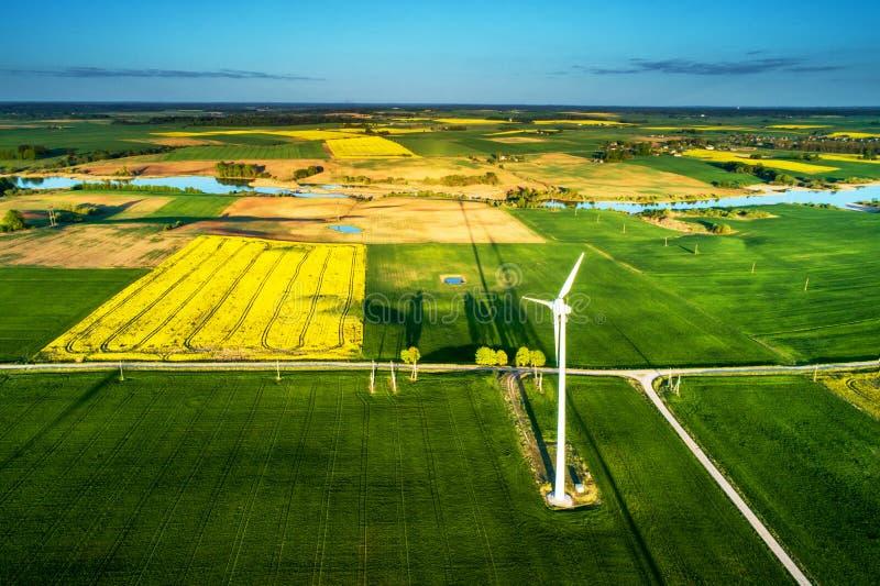 Flyg- landskap av ecomakt, vindturbin arkivbild