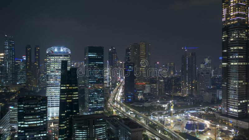 Flyg- landskap av Jakarta horisont på nattetid arkivbild