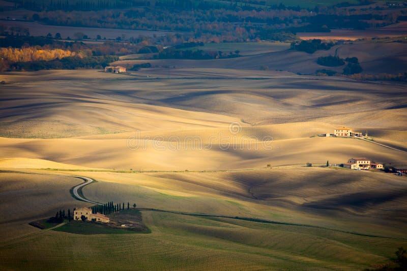 Flyg- landskap av vågkullar i den lantliga naturen, Tuscany arkivbild