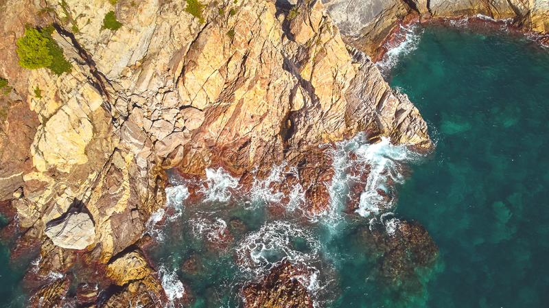 Flyg- landskapbild från en spanska Costa Brava i en solig dag, nära staden Palamos royaltyfri foto