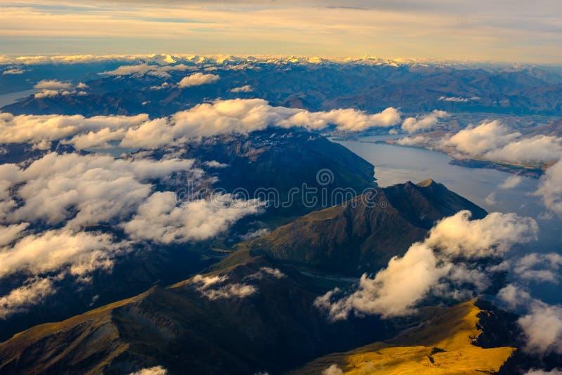 Flyg- landskapsikt av bergskedja och sjön Wakatipu, NZ arkivbilder