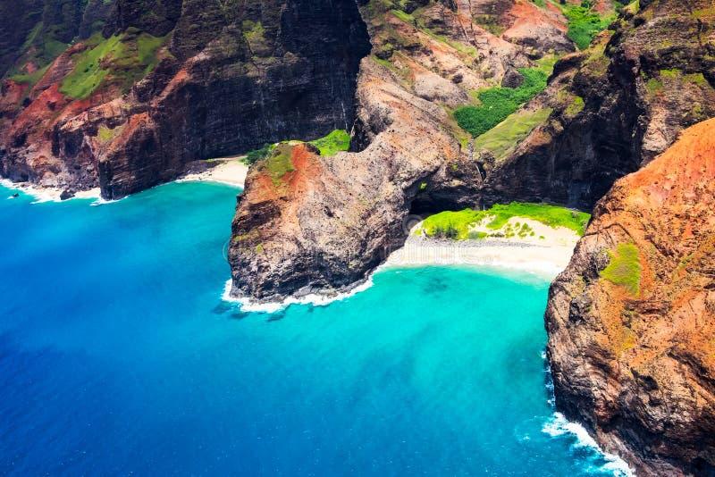 Flyg- landskapsikt av den Honopu bågen på kustlinjen för Na Pali royaltyfri fotografi