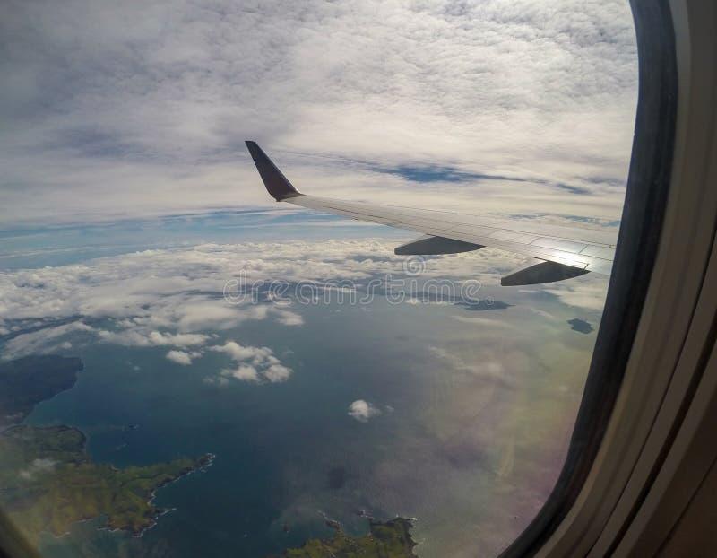 Flyg- landskapsikt av den tropiska kustlinjestranden för berg av den Nadi flygplatsen, Fiji i det Southet Pacific från inre royaltyfria bilder