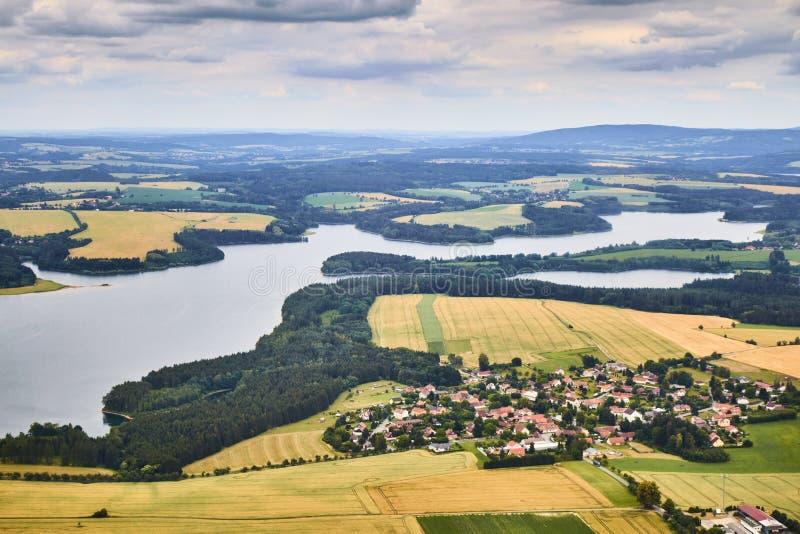 Flyg- landskapsikt av en Zelivka flodfördämning och en Hulice by i Tjeckien arkivbilder
