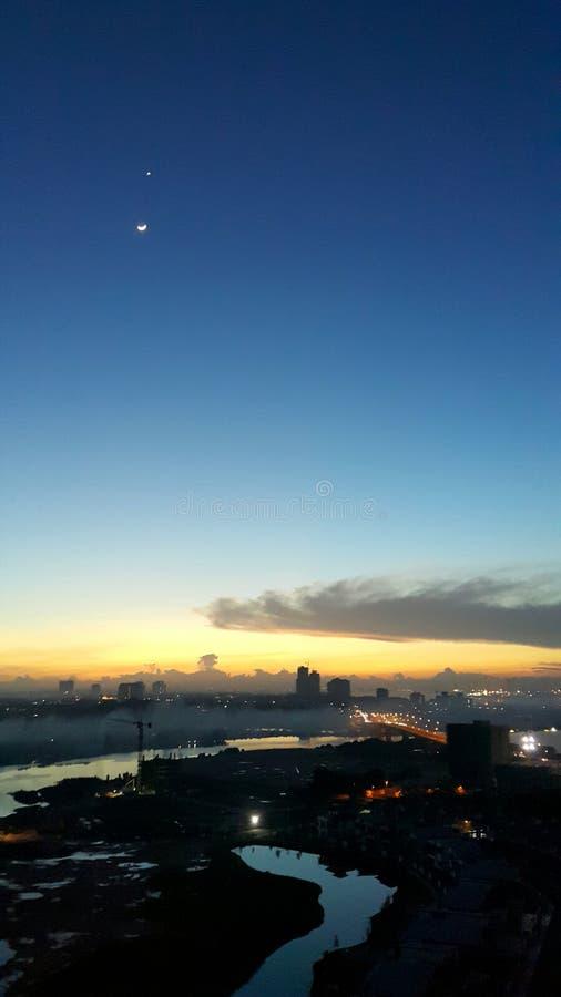 Flyg- landskapsikt av gryning som fortfarande bryter med härliga toner med stjärnan och månen i sikt arkivfoto