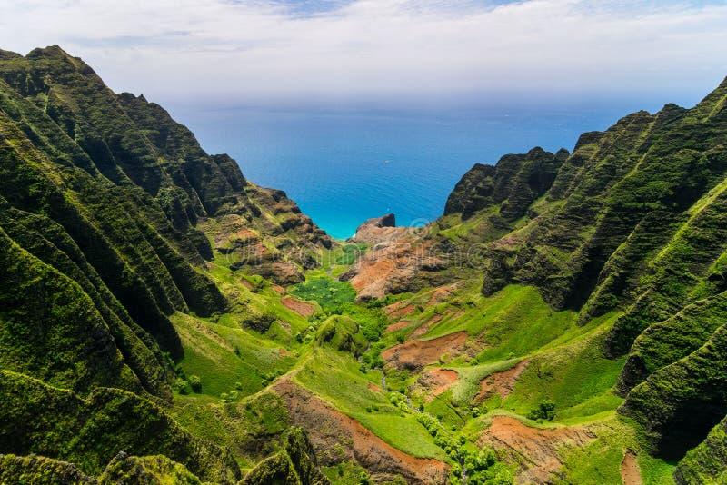 Flyg- landskapsikt av klippor och den gröna dalen, Kauai arkivfoton