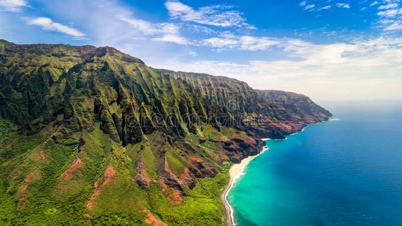 Flyg- landskapsikt av kusten för imponerande föreställningNa Pali, Kauai arkivbild