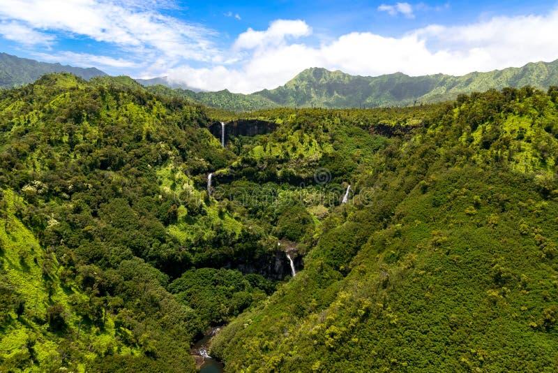 Flyg- landskapsikt av vattenfall och strömmar, Kauai arkivbilder