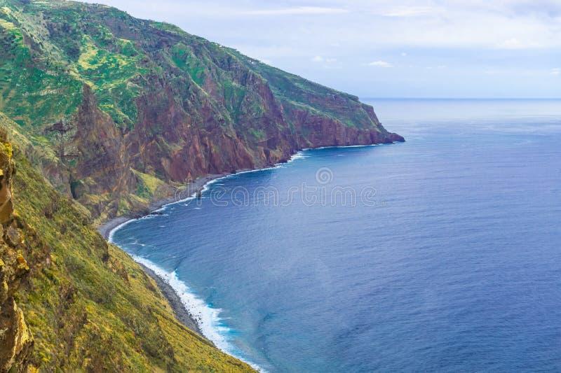 Flyg- madeira?sikt med Atlantic Ocean, vita v?gor, klippor och naturen royaltyfri bild