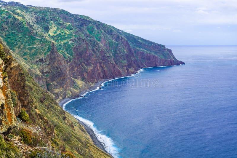 Flyg- madeira?sikt med Atlantic Ocean, vita v?gor, klippor och naturen arkivfoton