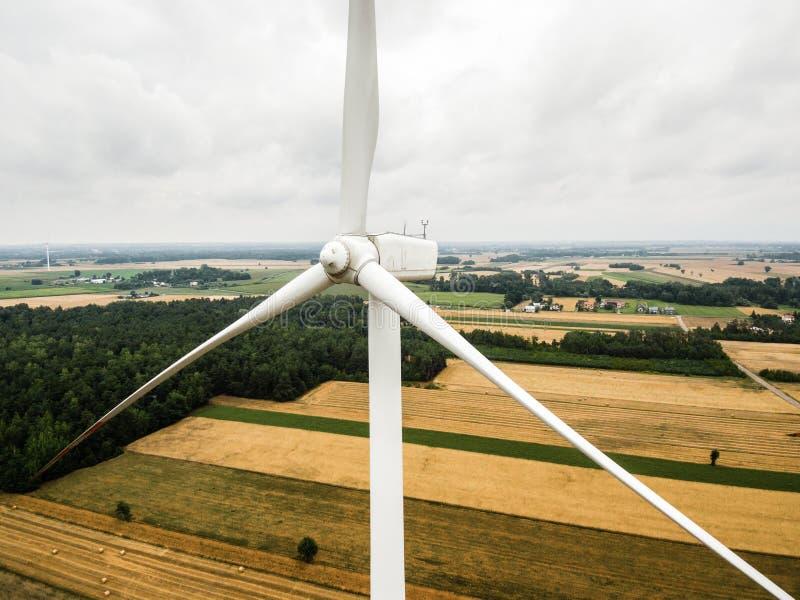 Flyg- närbild av väderkvarnturbinen arkivfoto