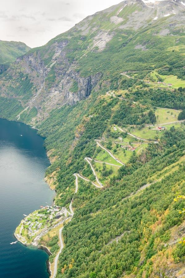 Flyg- närbildsikt av en slingrig väg för sicksack som upp går ett stup nära Geiranger, Norge royaltyfri bild