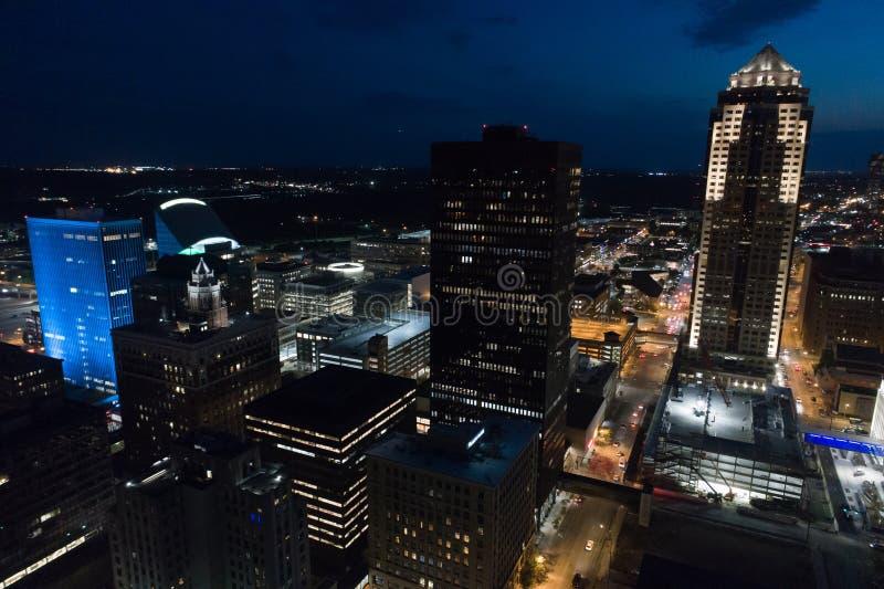 Flyg- nattfoto av i stadens centrum Des Moines Iowa fotografering för bildbyråer