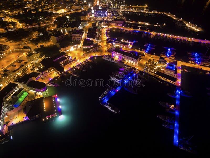 Flyg- nattsikt av den Limassol marina royaltyfri foto