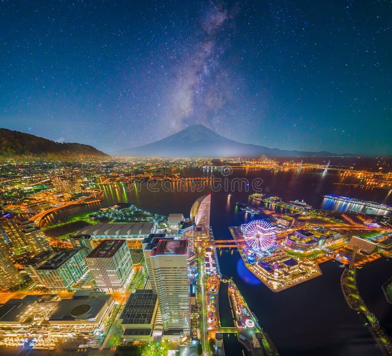 Flyg- nattsikt av den Yokohama Cityscape och fjärden på Minato Mirai royaltyfri bild