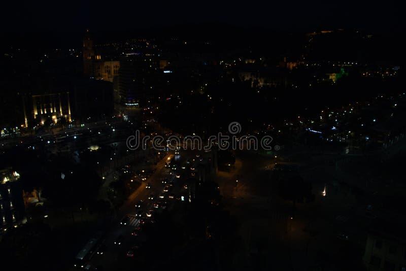 Flyg- nattsikt av en stad och en trafik av bilar malaga spain royaltyfri fotografi