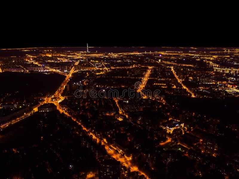 Flyg- nattsikt av en storstad Härlig cityscapepanorama på natten Flyg- sikt av byggnader vägar med bilen i staden på royaltyfri foto