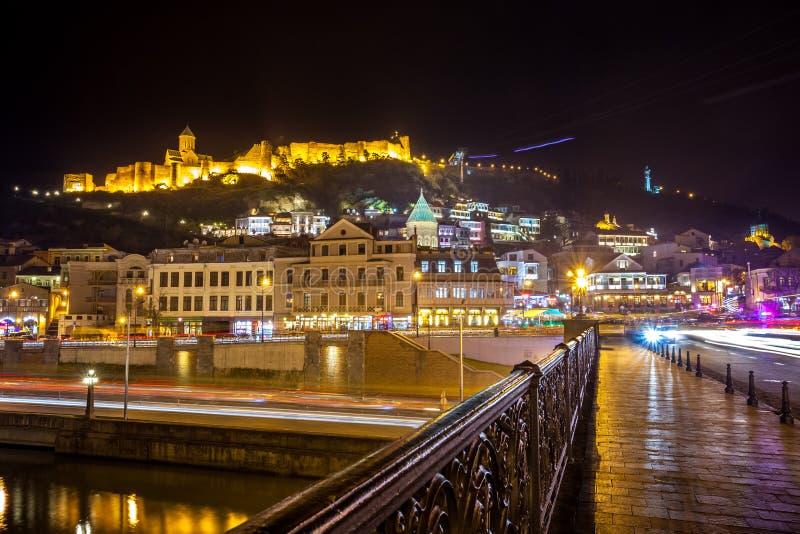 Flyg- nattsikt av gamla Tbilisi, Georgia med upplyst churc royaltyfri bild