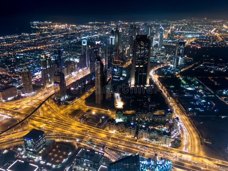 Flyg- nattsikt av i stadens centrum Dubai från Burj Khalifa fotografering för bildbyråer